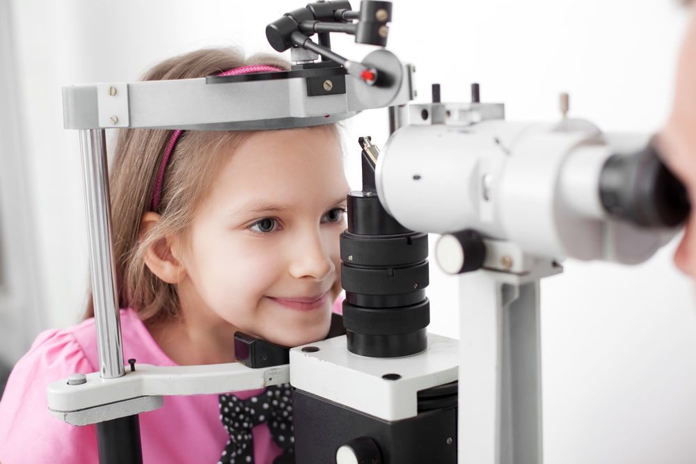CLI-Orthoptist-with-children